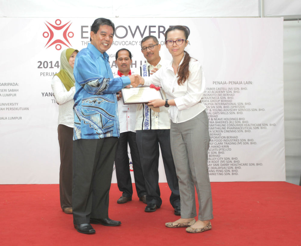 Dr. Christina Ng presenting a token of appreciation to YB Dato' Seri Dr. Hilmi bin Haji Yahaya