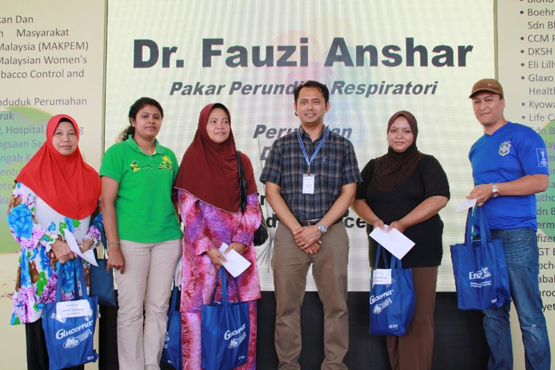 Quiz winners with Dr Fauzi